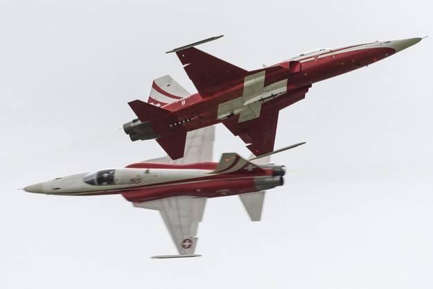 Ein F5-Kampfflugzeug der Patrouille Suisse stürzt in der Nähe des Militärflugplatzes Leeuwarden in den Niederlanden ab. Der Pilot kann sich mit dem Schleudersitz retten.