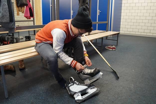 Nico bereitet sich für den Einsatz auf dem Eis vor