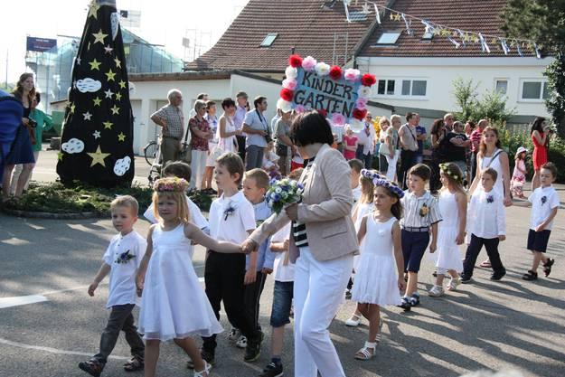 Beim traditionellen Umzug durch Rupperswil tragen die Mädchen einen Blumenkranz