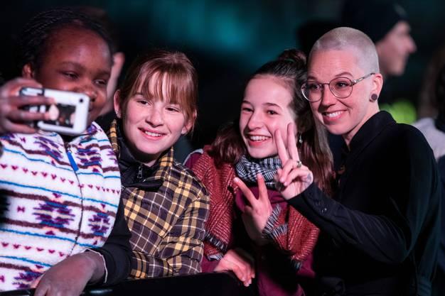 Stefanie Heinzmann (rechts) macht Selfies mit Fans.