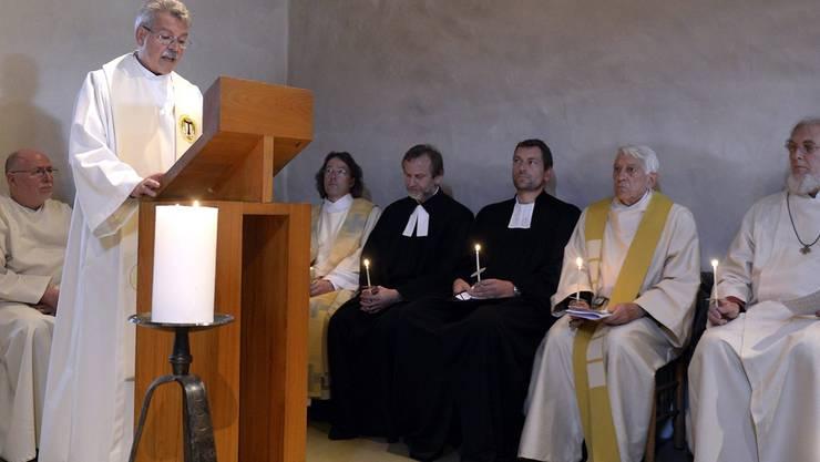 Im Beisein eines katholischen und von reformierten Kollegen verliest der Kapuziner Willi Anderau eine Erklärung über den Verzicht auf die vollständige Teilnahme am Abendmahl. Die Nachricht löste unter den Anwesenden Katholiken Unmut und Proteste aus. Walter Bieri/Keystone