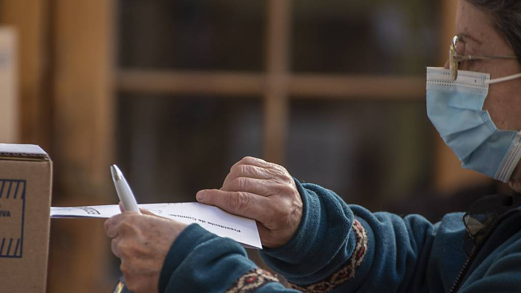 Eine Frau wirft ihren Wahlzettel in einem Wahllokal in Córdoba ein. Die linke Regierung von Präsident Alberto Fernández hat bei den Vorwahlen in Argentinien eine schwere Niederlage hinnehmen müssen. Sie kam landesweit lediglich auf gut 31 Prozent der Stimmen, wie das Wahlamt mitteilte.