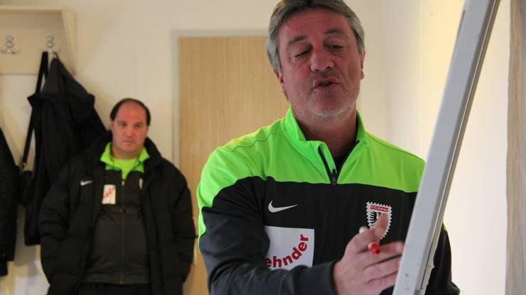 Trainer Marco Schällibaum erklärt die Aufstellung und gibt taktische Anweisungen - Sportchef Raimondo Ponte hört konzentriert zu