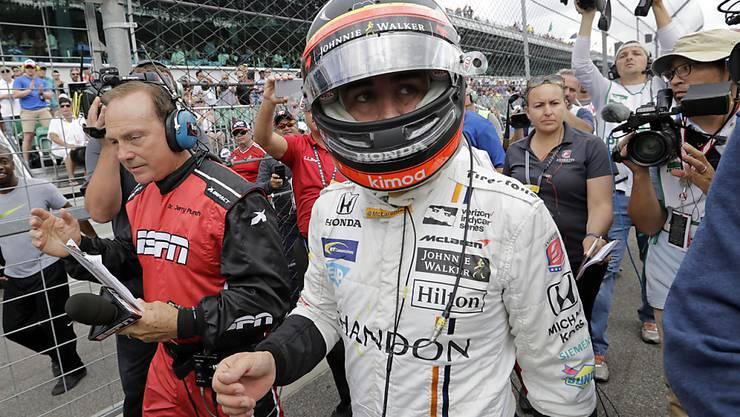 Traum geplatzt: Fernando Alonso muss seine letzten Meter in Indianapolis nach einem Motorschaden zu Fuss zurücklegen