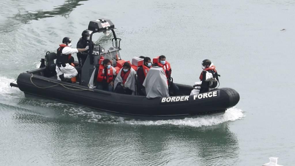 Berichte: Mehr als 200 Migranten im Ärmelkanal aufgegriffen