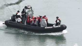 Migranten auf einem Boot der Grenzwache vor der englischen Stadt Dover Ende April. (Archivbild)