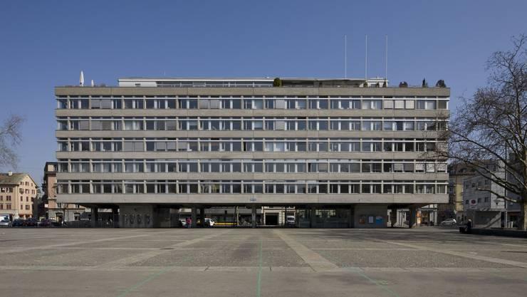 Das Amtshaus wurde 1963 erbaut. Architekten:  Walter, Doebeli & Hoch