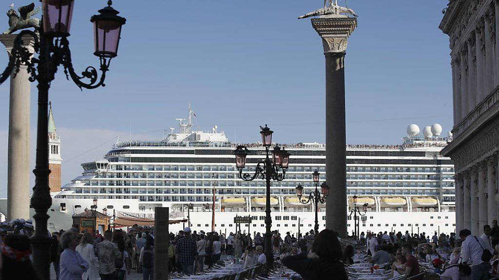 Nachdem ein Kreuzfahrtschiff am vergangenen Sonntag in Venedig beim Anlegen ein Touristenboot rammte, wird erwogen, dass die grossen Schiffe künftig in der Industriegegend von Marghera anlegen. (Archivbild)