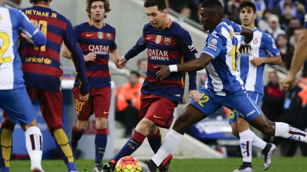 Auch Lionel Messi (Mitte) konnte das torlose 0:0 seines FC Barcelona im Stadtderby gegen Espanyol nicht verhindern