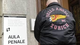 Ein Mitglied der Hells Angels beim Eingang des Bundestrafgerichtes in Bellinzona