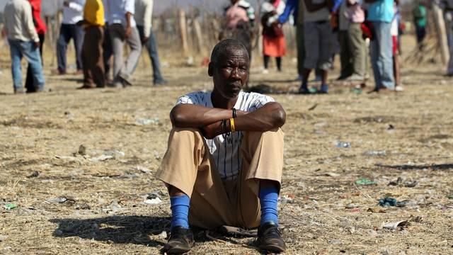 Arbeiter aus der Platinmine von Marikana trauern (Archiv)