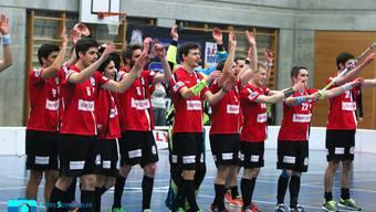 Die Herren von Unihockey Basel Regio lassen sich feiern vor heimischer Kulisse in Ettingen.