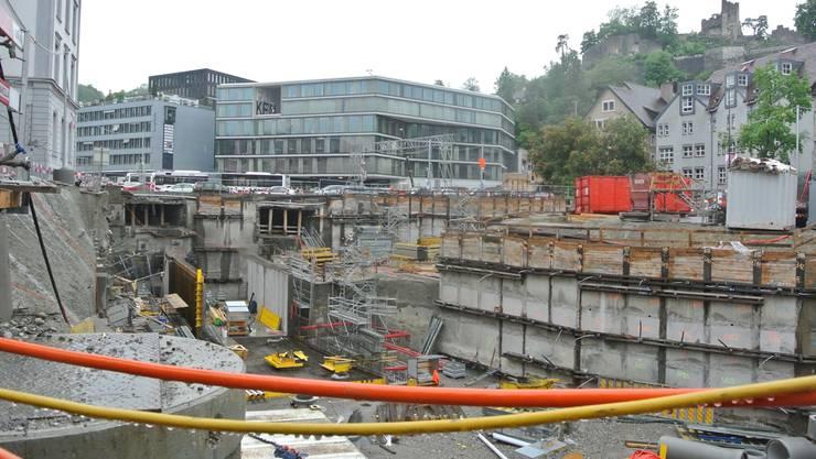 2016: Im grossen Loch unterhalb des Bezirksgebäudes (links) erkennt man die Seitenwände des Bustunnels.