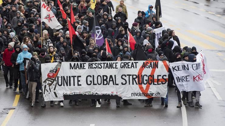 Letzten Samstag demonstrierten in Bern einige hundert Personen gegen das WEF. (Archiv)