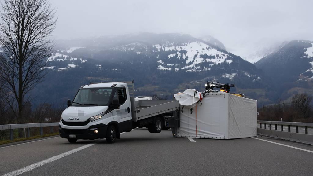 Starke Windböe lässt Anhänger auf Autobahn kippen
