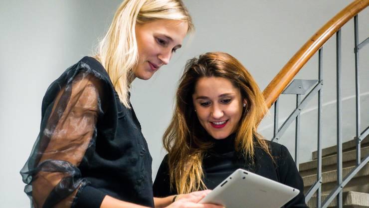 Sie teilen sich die Arbeit nach Fähigkeit: Marketingleiterin Lena Koschek und Projektverantwortliche Antonia Maiwald.