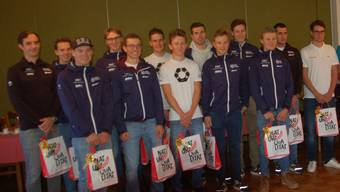 """Das Team """"Swiss Racing Academy"""" gewann die Teamwertung des """"Primeo-Energie/ASOC-Cup"""". Darüber freuen sich die Fahrer des Teams mit dem Aargauer Profi Silvan Dillier (ganz rechts in weiss), dem Botschafter des Cups."""