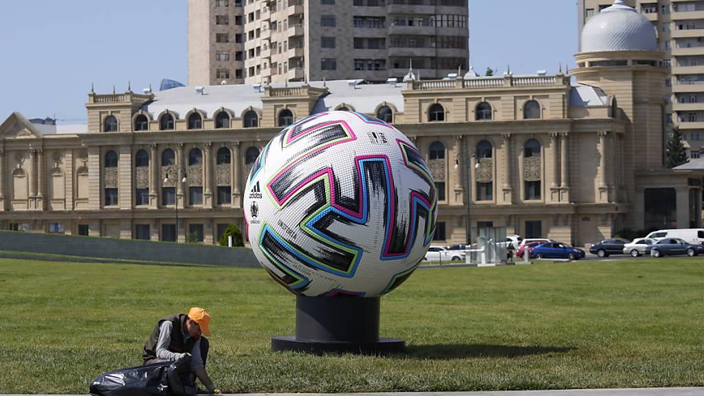 Der EM-Matchball findet seinen Weg bis nach Asien: Die Fussball-EM 2021 erstreckt sich über elf Länder und den Kontinent Europa hinaus
