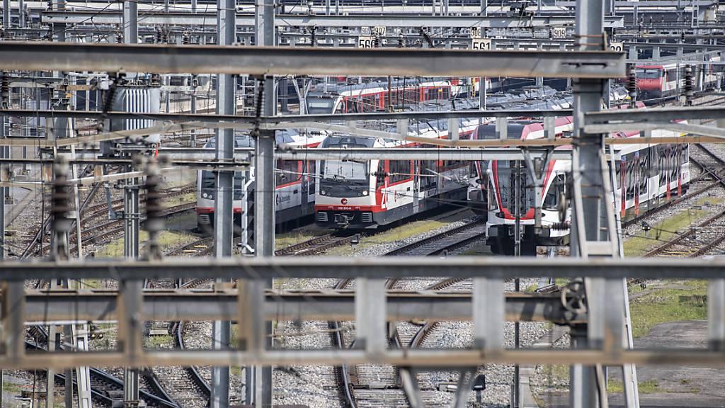 Züge der Zentralbahn am Bahnhof Luzern: Die Nidwaldner Regierung macht sich im Hinblick auf den Bau des Durchgangsbahnhofs für die Zentralbahn stark. (Archivbild)