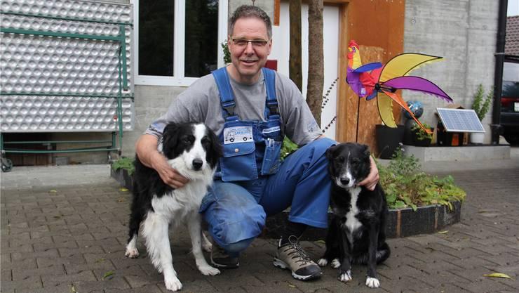 OK- und Gewerbevereinspräsident Thomas Burkard mit seinen beiden Hunden Sheila (links) und Floyd vor der Werkstatt in Lupfig. Claudia Meier