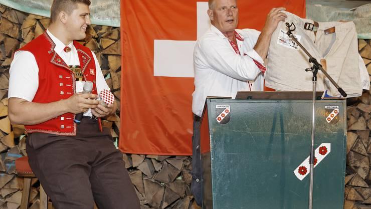 Schwinger Nick Alpiger (links) im Gespräch mit Ruedi Würgler, Gemeindeammann Dintikon.
