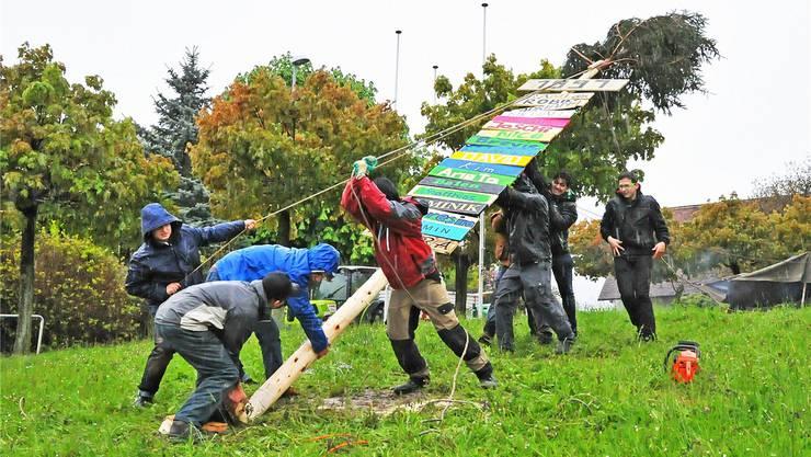 Die Stäcklibuebe in Winznau stellten am Samstagabend das erste Mal seit drei Jahren wieder ein Maitannli auf – im strömenden Regen.