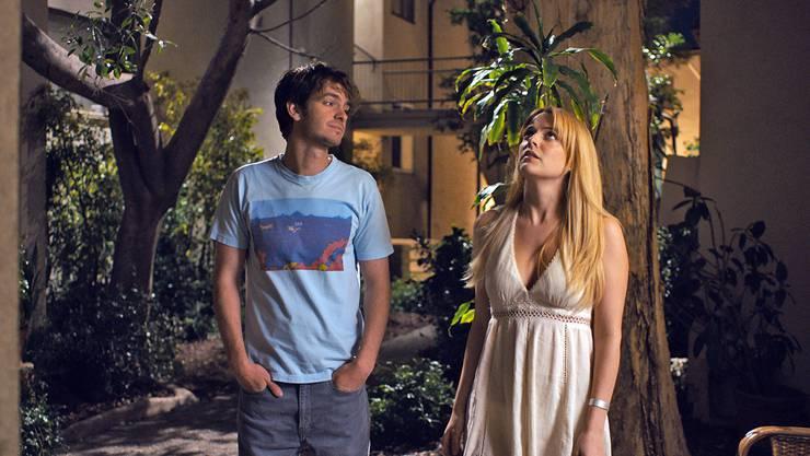 Sam (Andrew Garfield) verguckt sich in seine Nachbarin Sarah (Riley Keough), doch diese ist plötzlich verschwunden.