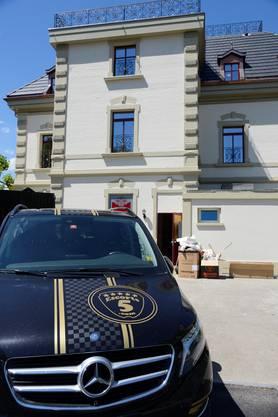 Hinter dem Haus parkt der Wagen des Mitbesitzers Robert Pietsch. Mit dem Logo wirbt er für einen Damenbegleitdienst.