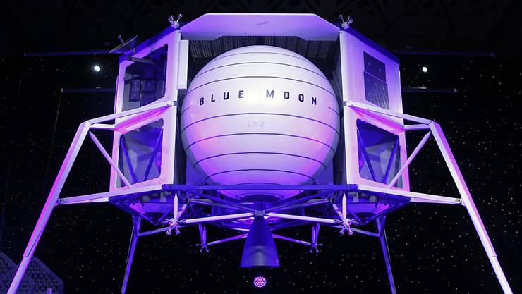 """Platz für vier Fahrzeuge: Amazon-Gründer Jeff Bezos präsentierte am Freitag in Washington ein Modell seines geplanten Raumschiffs """"Blue Moon""""."""