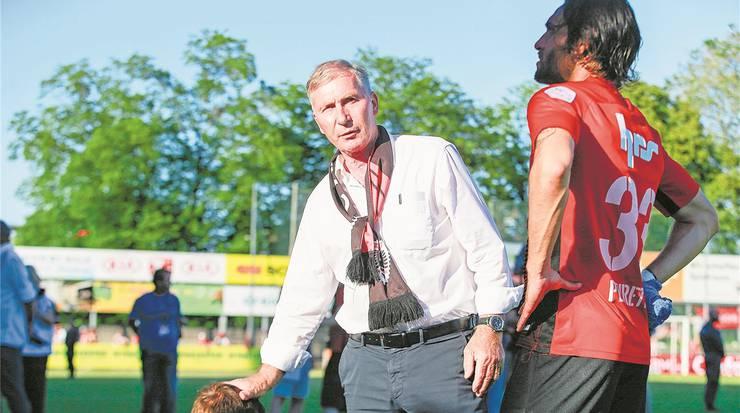 FCA-Präsident Alfred Schmid (M.) tröstet nach der Pleite im Barrage-Rückspiel seine Spieler.