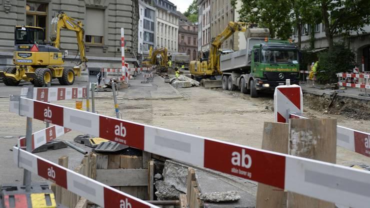 Für den Verkehr gesperrt, die Baustelle Elisabethenstrasse