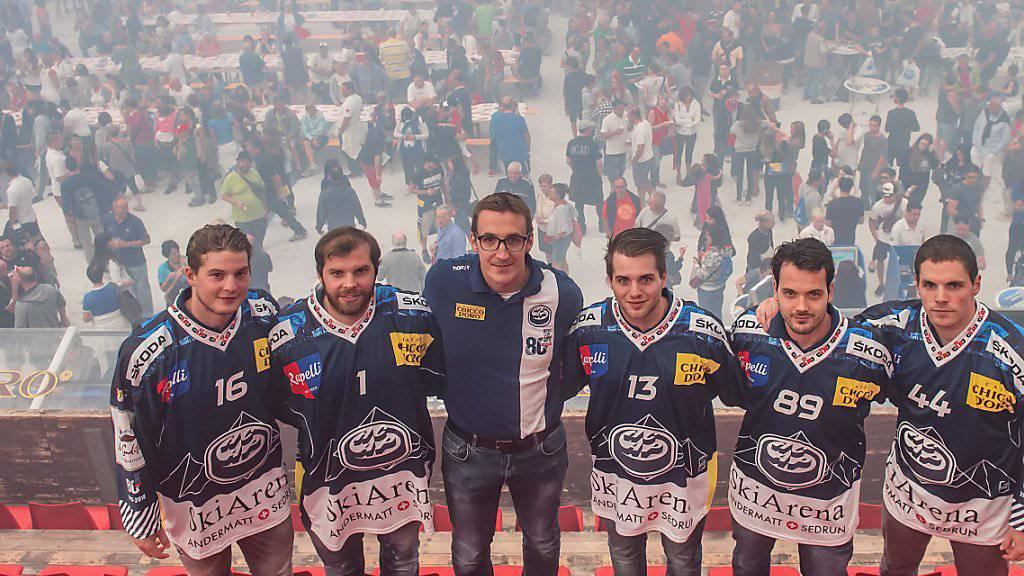 Ambris Trainer Luca Cereda (Dritter von links) erhält einen physisch starken Amerikaner Jeff Taffe