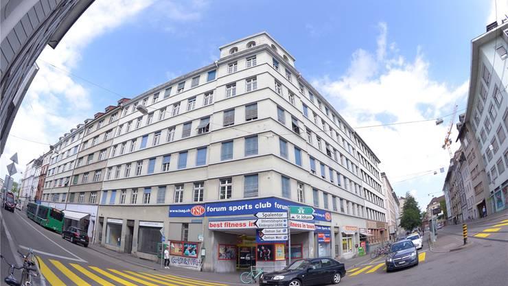 Das Eckgebäude bei der Johanniterbrücke soll zum Patientenhotel des Universitätsspitals Basel umgebaut werden. Derzeit liegt das Projekt aber auf Eis.