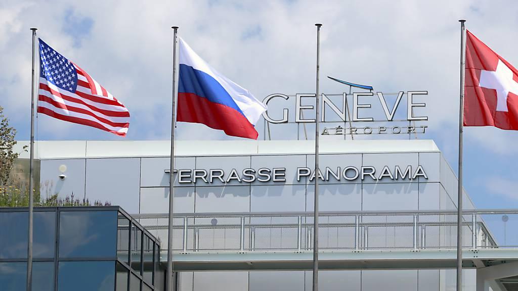 Am Genfer Flughafen Genf Cointrin wehen die US-, die russische und die Schweizer Flagge. (Archivbild)