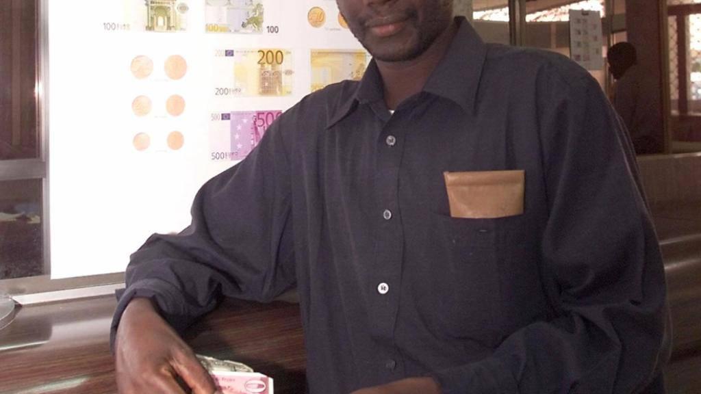 Ein Senegalese mit einer Note der Währung Franc CFA. Diese soll in «Eco» umbenannt werden. (Arrchivbild)