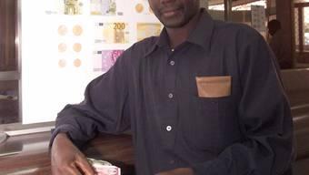 """Ein Senegalese mit einer Note der Währung Franc CFA. Diese soll in """"Eco"""" umbenannt werden. (Arrchivbild)"""