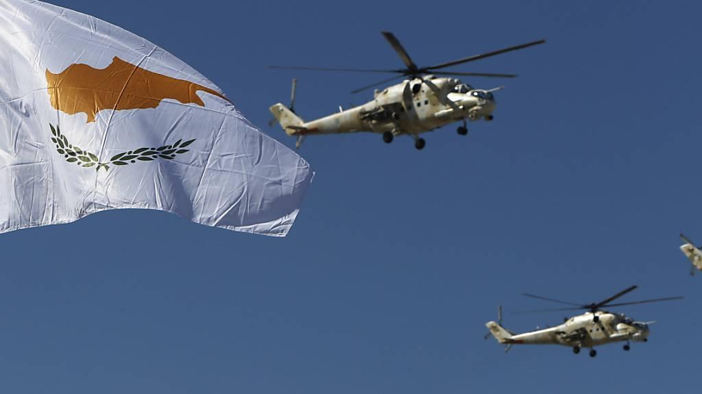 Militärhubschrauber der zypriotischen Luftstreitkräfte bei euner Militärparade zum 60. Jahrestages der Unabhängigkeit Zyperns.