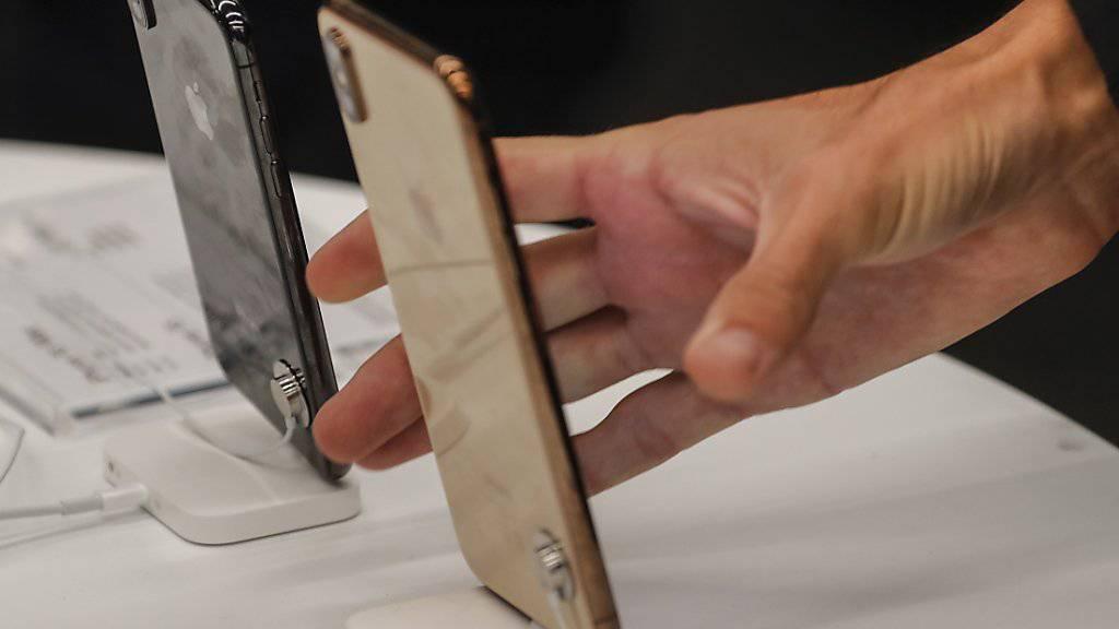 Das iPhone von Apple ist gemäss einer Umfrage weiterhin das meistgenutzte Mobiltelefon der Schweiz. (Archivbild)
