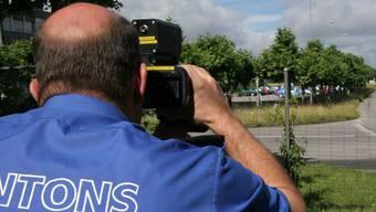 Bei einer Geschwindigkeitskontrolle mit dem Lasermessgerät fuhren gestern 6 Verkehrsteilnehmer so schnell, dass ihnen die Kantonspolizei den Führerausweis auf der Stelle abnahm. (Symbolbild)