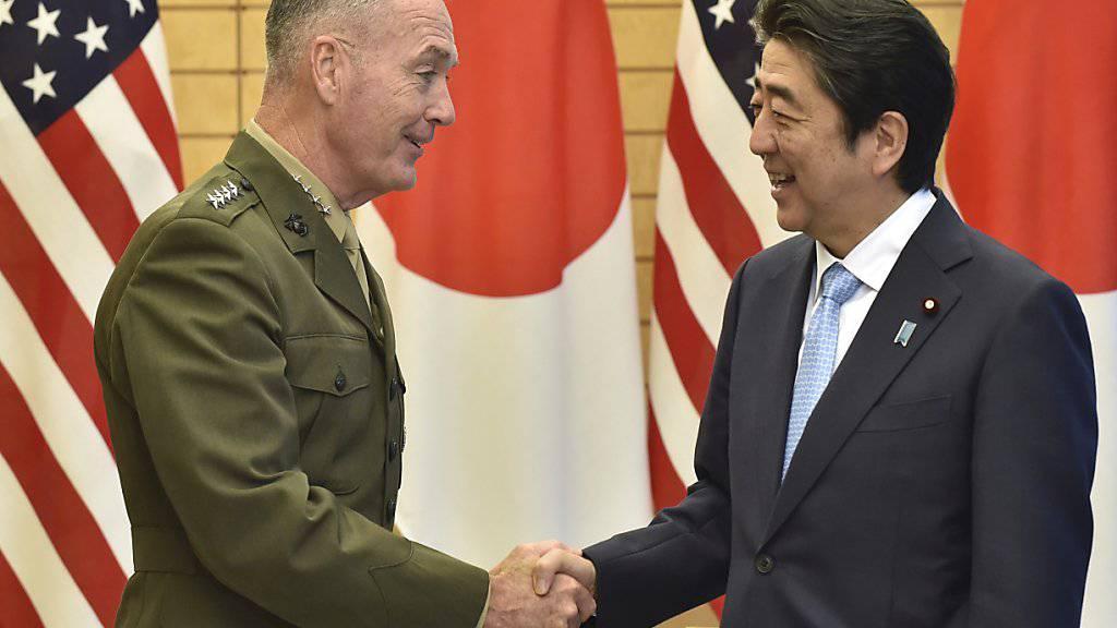 Generalstabschef Dunford (l.) spricht mit den US-Bündnispartnern in Ostasien die Zusammenarbeit in der Koreakrise ab. Japans Ministerpräsident Abe (r.) hofft eine weitere Stärkung der Allianz.