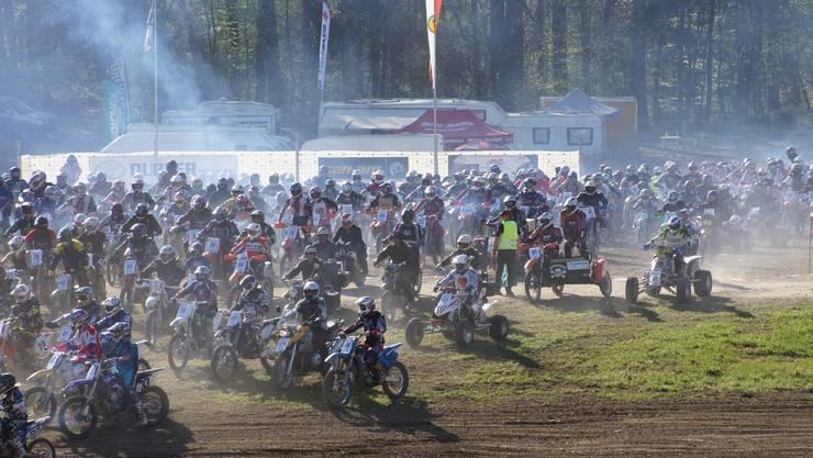 Start zum Weltrekordversuch: 376 Motocross-Fahrer starteten auf der Piste in Hilfikon und verwirklichten damit den Eintrag ins Guinness-Buch der Rekorde.  kob