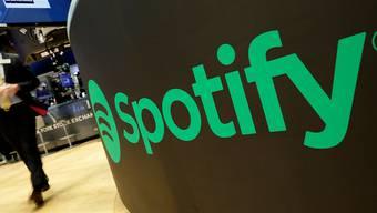 Technologie-Giganten wie Spotify sind schuld, dass Komponisten, Texter und Musikverleger kaum einen finanziellen Anteil haben am Streaming-Boom. Dieser Umstand trübt etwas das gute Jahresergebnis der Verwertungsgesellschaft SUISA, welche den Urhebern heuer mehr Geld vergüten konnte als letztes Jahr.