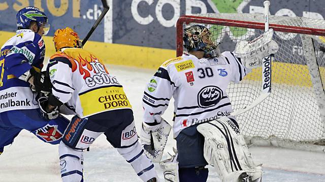 Taticek (links) bezwingt Ambri-Goalie Bäumle zum 3:2