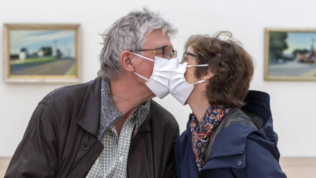 Durchschnittlich verbringen Mitteleuropäer einen Tag pro Lebensjahr mit Küssen. Das ist gesund, hilft gegen Heuschnupfen und Eheprobleme, ist intimer als Sex und lässt einen mindestens fünf Tage länger leben. Am 6. Juli ist Tag des Kusses. (Symbolbild)