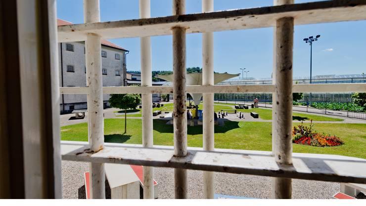 In einer Zelle in der Justizvollzugsanstalt Lenzburg befindet sich der Kosovare, der im Mai 2013 vom Bezirksgericht Zurzach verurteilt wurde, dessen Beschwerde aber noch hängig ist.