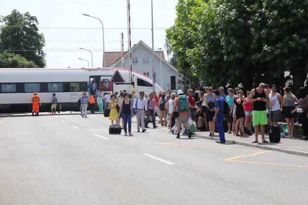 Die Passagiere wurden evakuiert. Hier warten sie auf die Ersatzbusse.