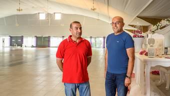 Tahir Fesli (r.) heisst der neue Besitzer der früheren Tennishalle in Lengnau. Schwager Hüseyin Vural organisiert hier Hochzeiten. Bild: Alex Spichale