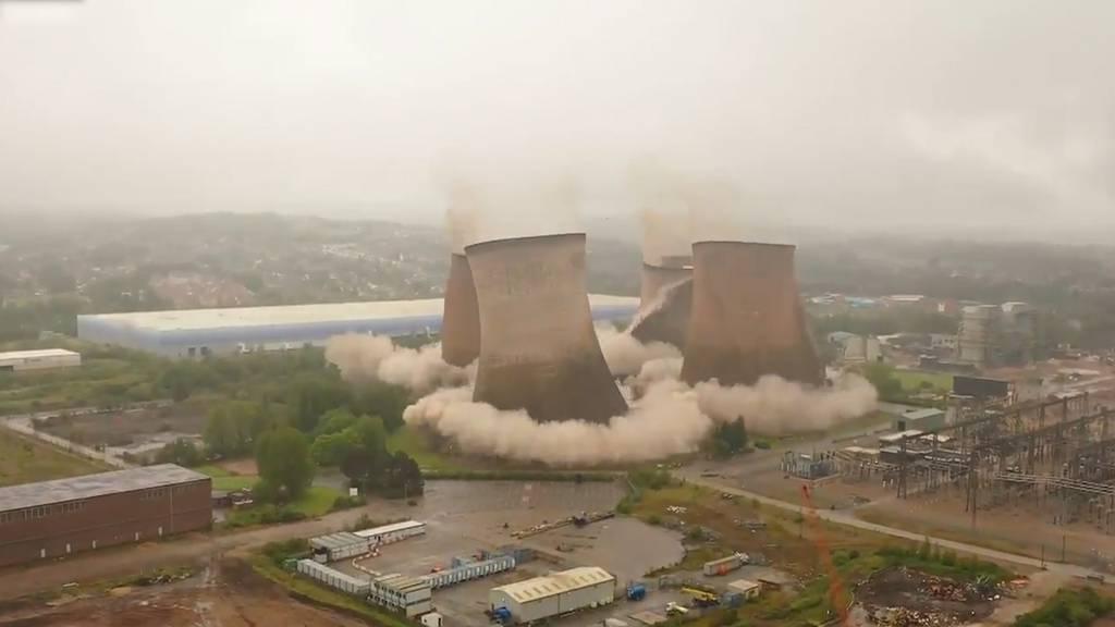 Spektakuläre Aufnahmen: Vier Kühltürme in England gesprengt