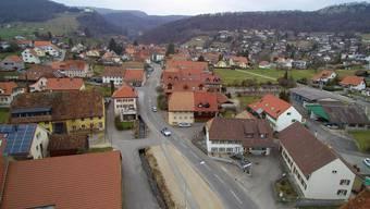 Die Hauptstrasse Nord und der Dorfplatz.
