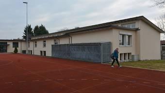 Die Nordfassade des neuen Schulhauses muss abgedichtet werden.